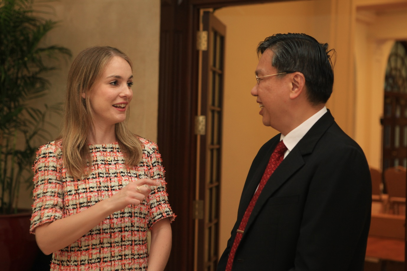 Ms Kate Tyrrell, PFD 2018 participant from Ireland, having an informal discussion with Mr Chee Wee Kiong, Permanent Secretary, Ministry of Foreign Affairs, at a tea reception after the Closing Ceremony of PFD 2018 11 May 2018